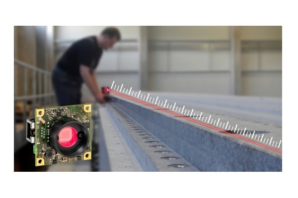 An optical straightness measuring device facilitates camera-supported component measurement in mechanical and plant engineering
